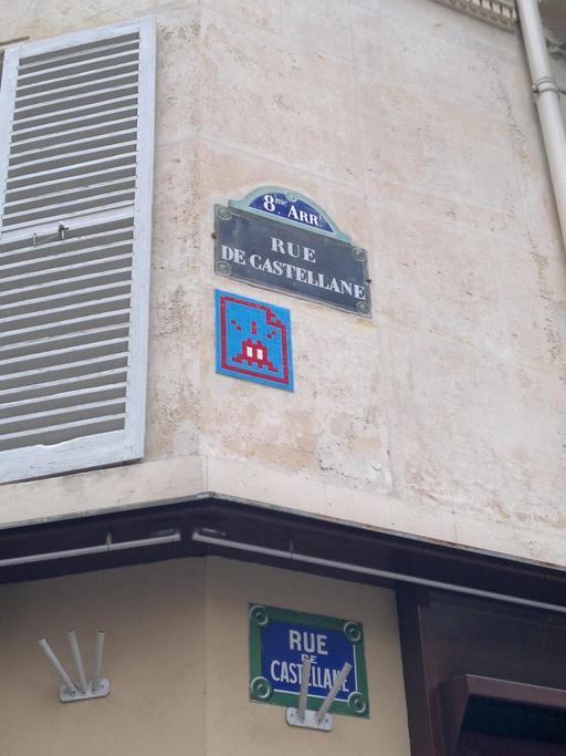 Mosaïque de Space Invader Rue de Castellane à Paris