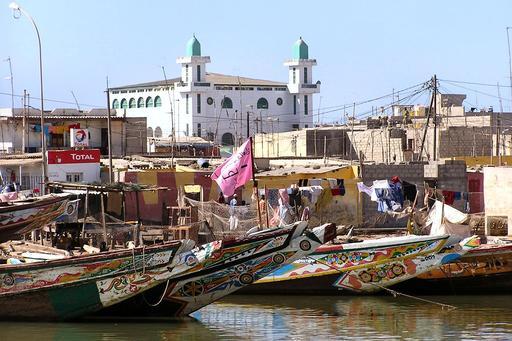 Mosquée et barques de pêcheurs à Saint-Louis du Sénégal