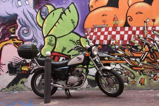 Moto Honda devant un mur taggé de Marseille
