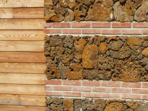 Mur moderne de garluche, brique et bois