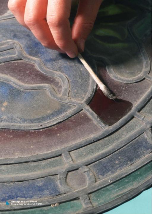 Nettoyage de vitrail ancien au coton tige