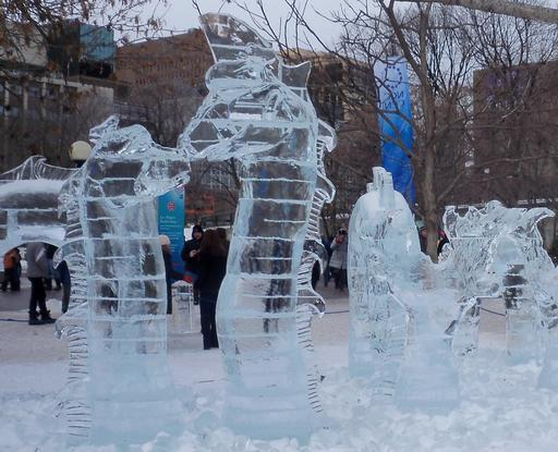 Ogopogo en sculpture de glace