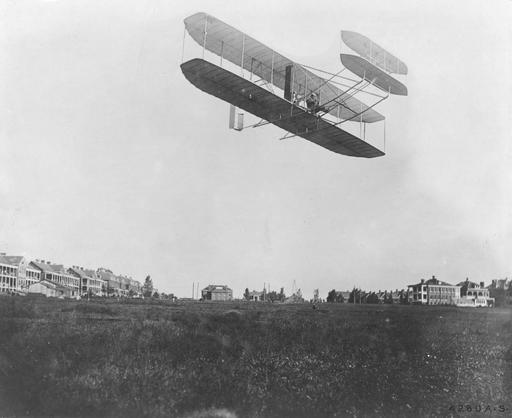 Orville Wright dans son avion en septembre 1908