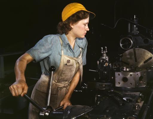 Ouvrière en usine d'aviation en 1942