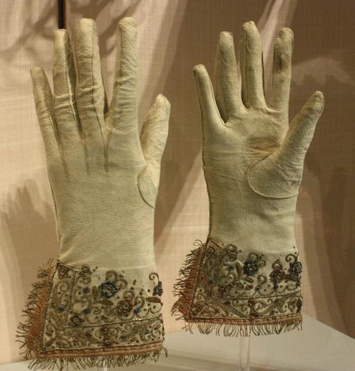 Paire de gants de cuir brodés anglais du dix-septième siècle