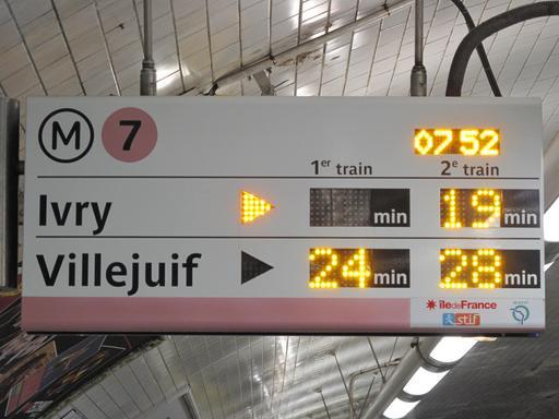 Panneau d'attente dans le métro parisien