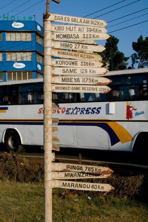 Panneau de signalisation routière en Tanzanie
