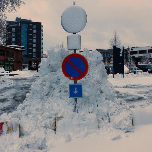 Panneaux de ville enneigés