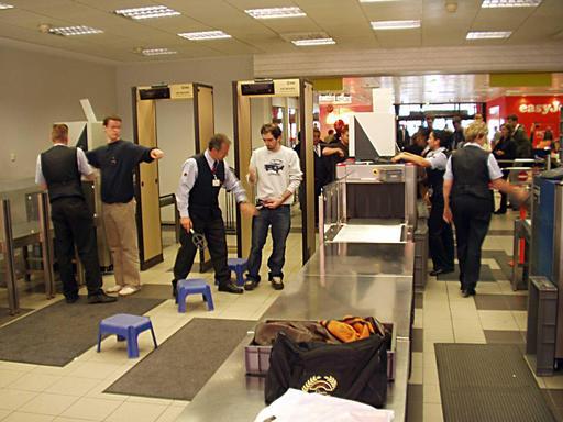 Passage au détecteur de métaux en aéroport