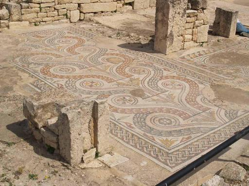 Pavement mosaïqué dans une maison romaine de Dougga en Tunisie