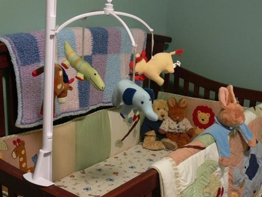 Peluches dans un lit de bébé