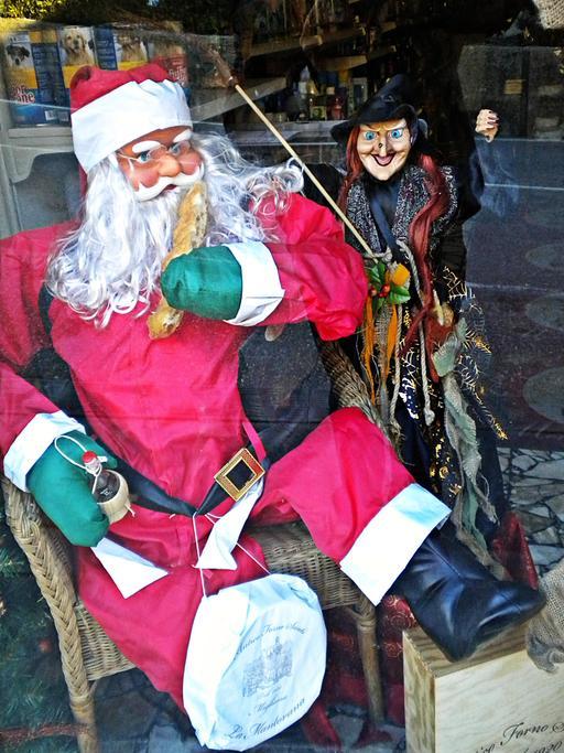 Père Noël et Befana italiens avec leurs attributs