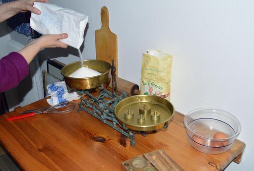 Pesée de sucre avec balance traditionnelle