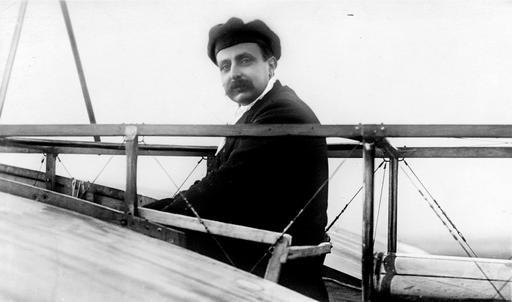 Photo de Louis Blériot sur son monoplan