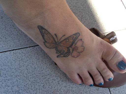 Pied droit féminin tatoué