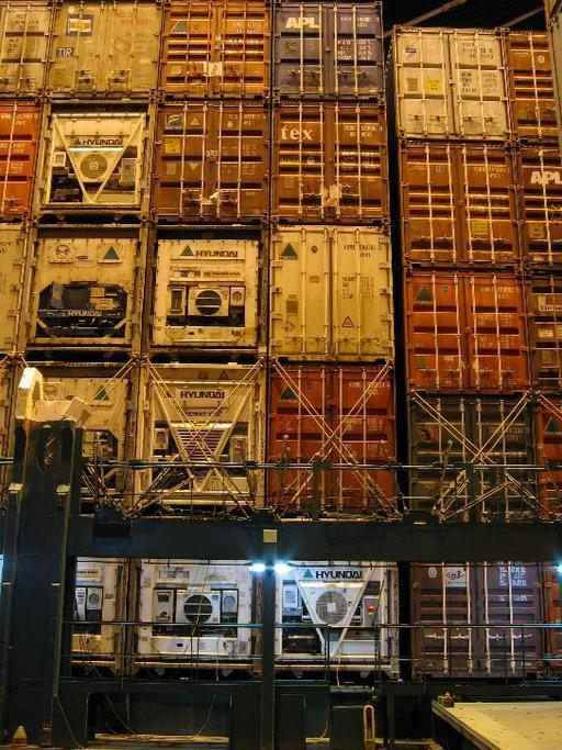 Pile de conteneurs sur un porte-conteneurs