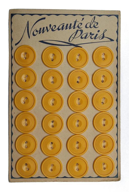 Planche de 24 boutons jaunes anciens