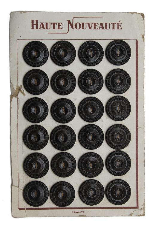 Planche de vingt-quatre boutons noirs