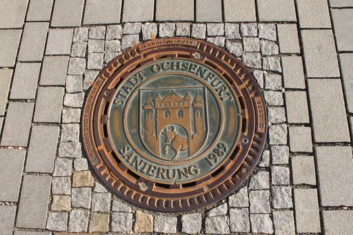 Plaque d'égout de 1989 décorée