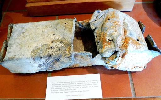 Plaque de plomb en provenance des recherches archéologiques à Vanikoro