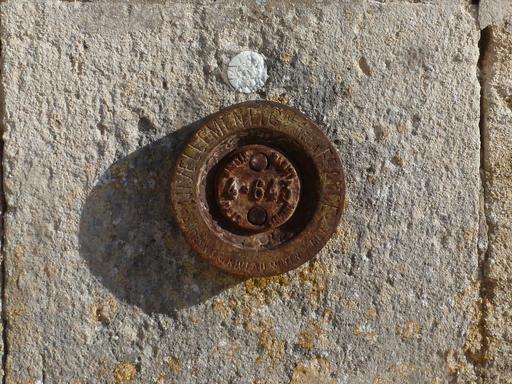 Point géodésique sur l'église néo-romane de St-Seurin-
