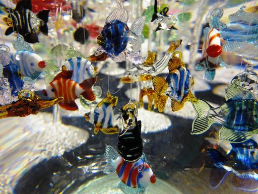 Poissons en verre dans un aquarium