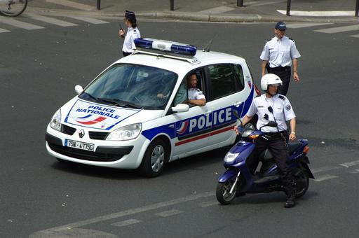 Policiers à pied et motorisés