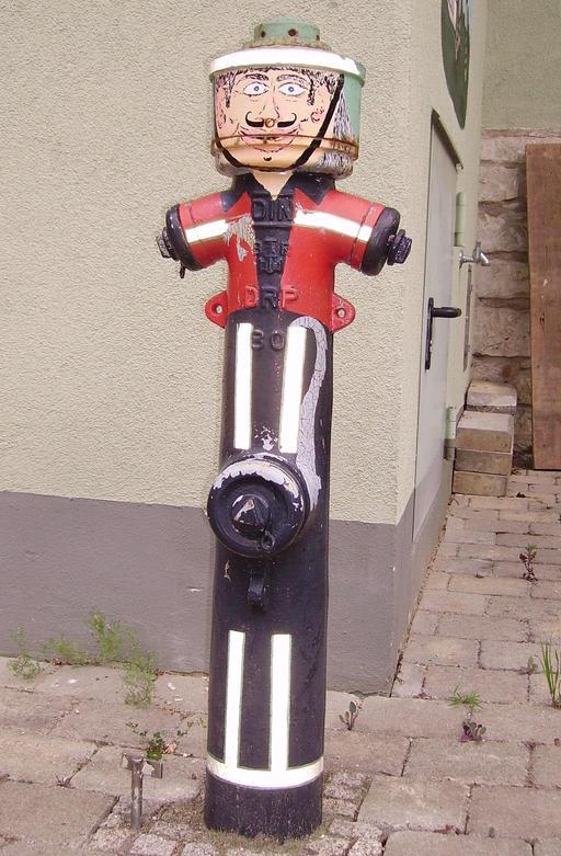 Pompe à incendie en tenue de pompier
