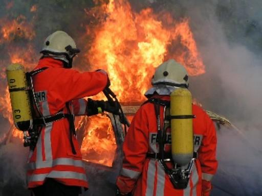 Pompier combattant un incendie de véhicule