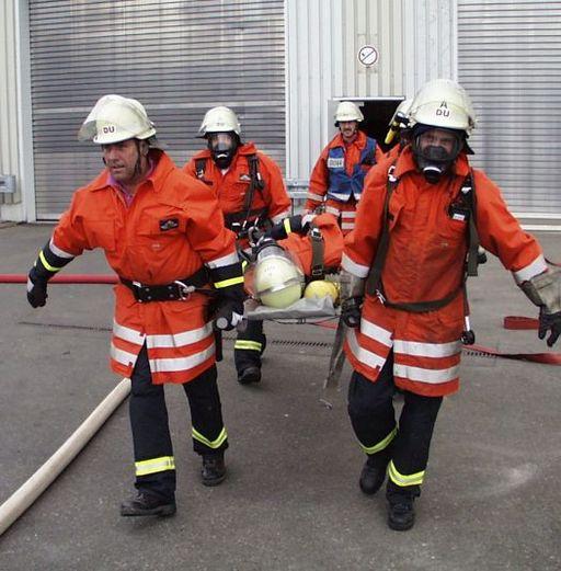 Pompiers transportant une victime