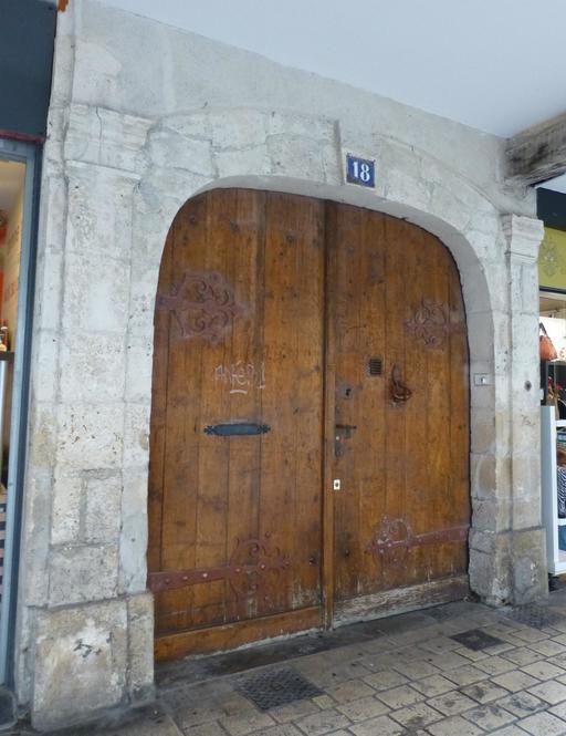 Porte en bois sous les arcades de La Rochelle