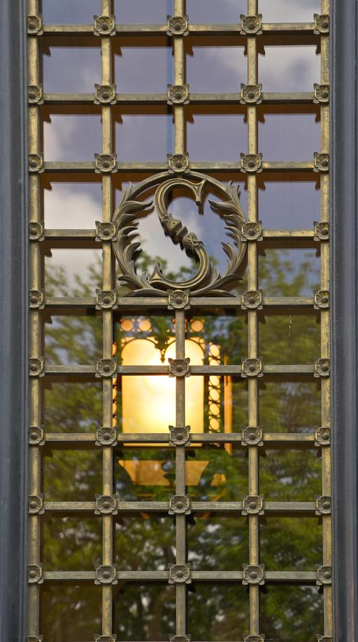 Porte vitrée de l'entrée de la Sorbonne
