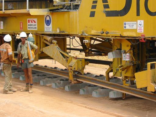 Pose de traverses de chemin de fer en béton