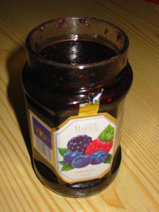 Pot de confiture de fruits rouges ouvert