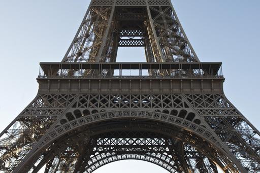 Premier étage de la Tour Eiffel vu du Champ de Mars