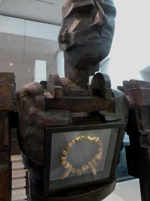 Présentation d'objet archéologique au Musée d'Édimbourg