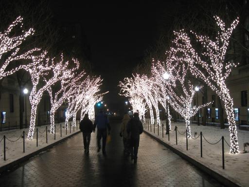 Promenade nocturne en ville à Noël