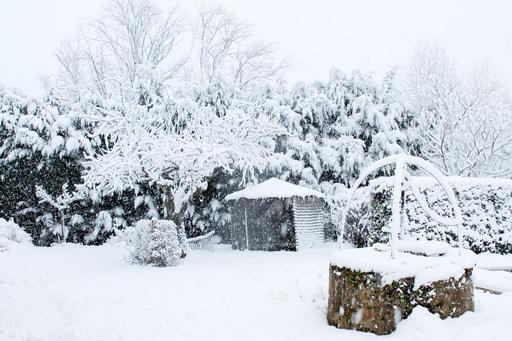 Puits sous la neige dans un jardin