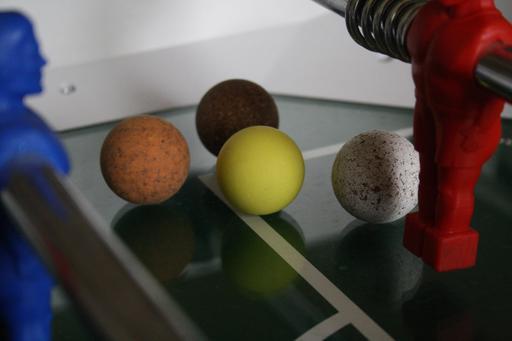 Quatre balles de baby-foot