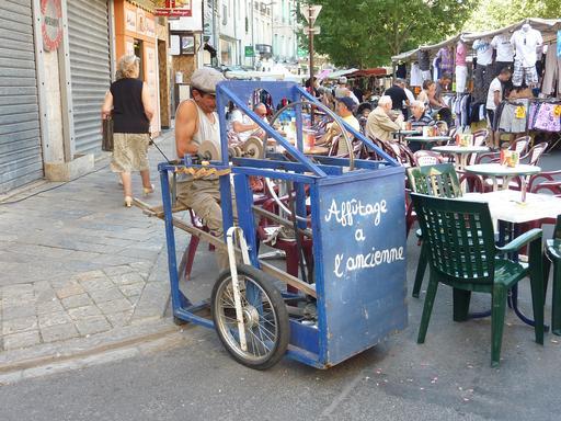 Rémouleur à l'ancienne sur le marché