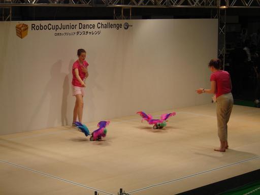 Répétitions de concours de danse de deux robots