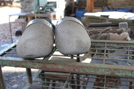 Sabots du fendeur d'ardoise à Trélazé
