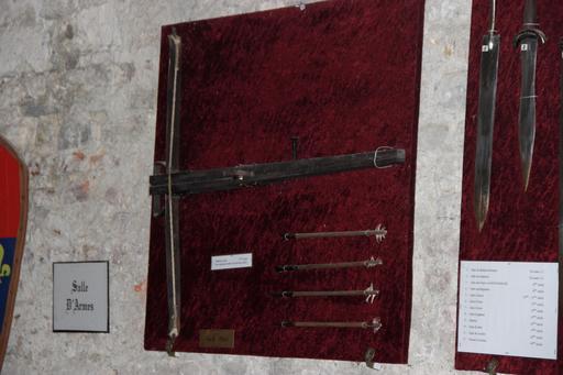 Salle d'armes médiévale au château de Mauvezin