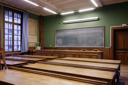 Salle de classe vide à l'École Nationale des Chartes