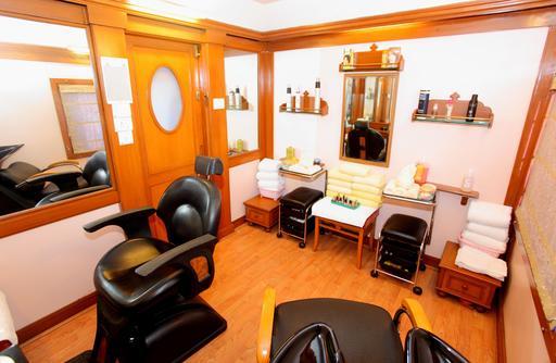 Salon de coiffure dans un train