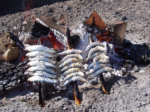 Sardines au gril sur la plage