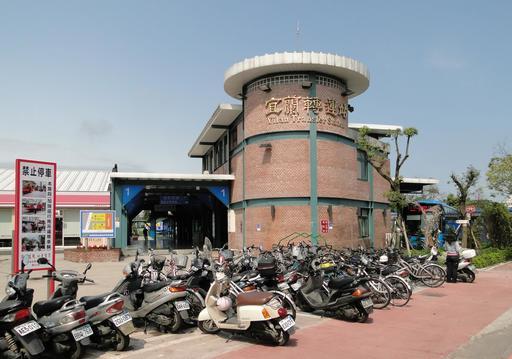 Scooters à la station d'autobus de Yilan