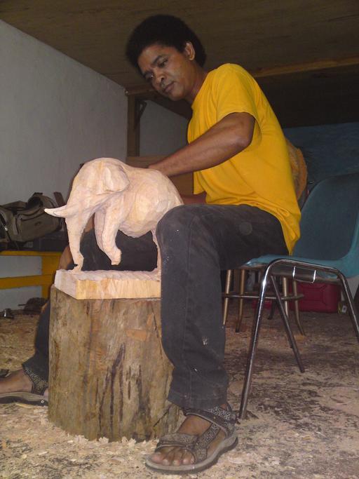 Sculpteur sur bois à la Martinique