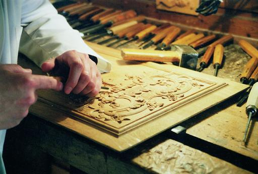 Sculpteur sur bois au travail