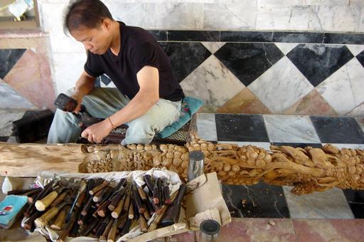 Sculpteur sur bois en Thaïlande